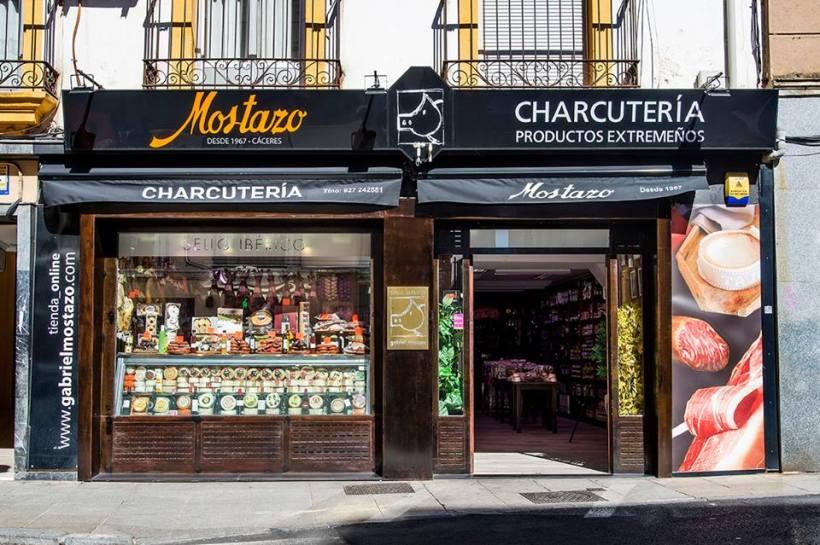 Charcutería Mostazo en la calle San Antón de Cáceres abre los domingo por la mañana
