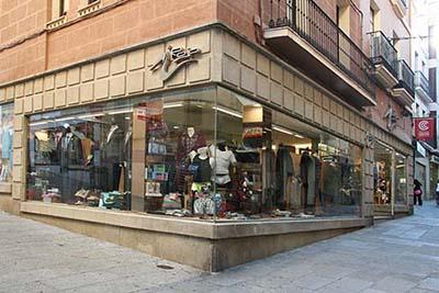 Tiendas Rojo en la Calle Pintores de Cáceres.